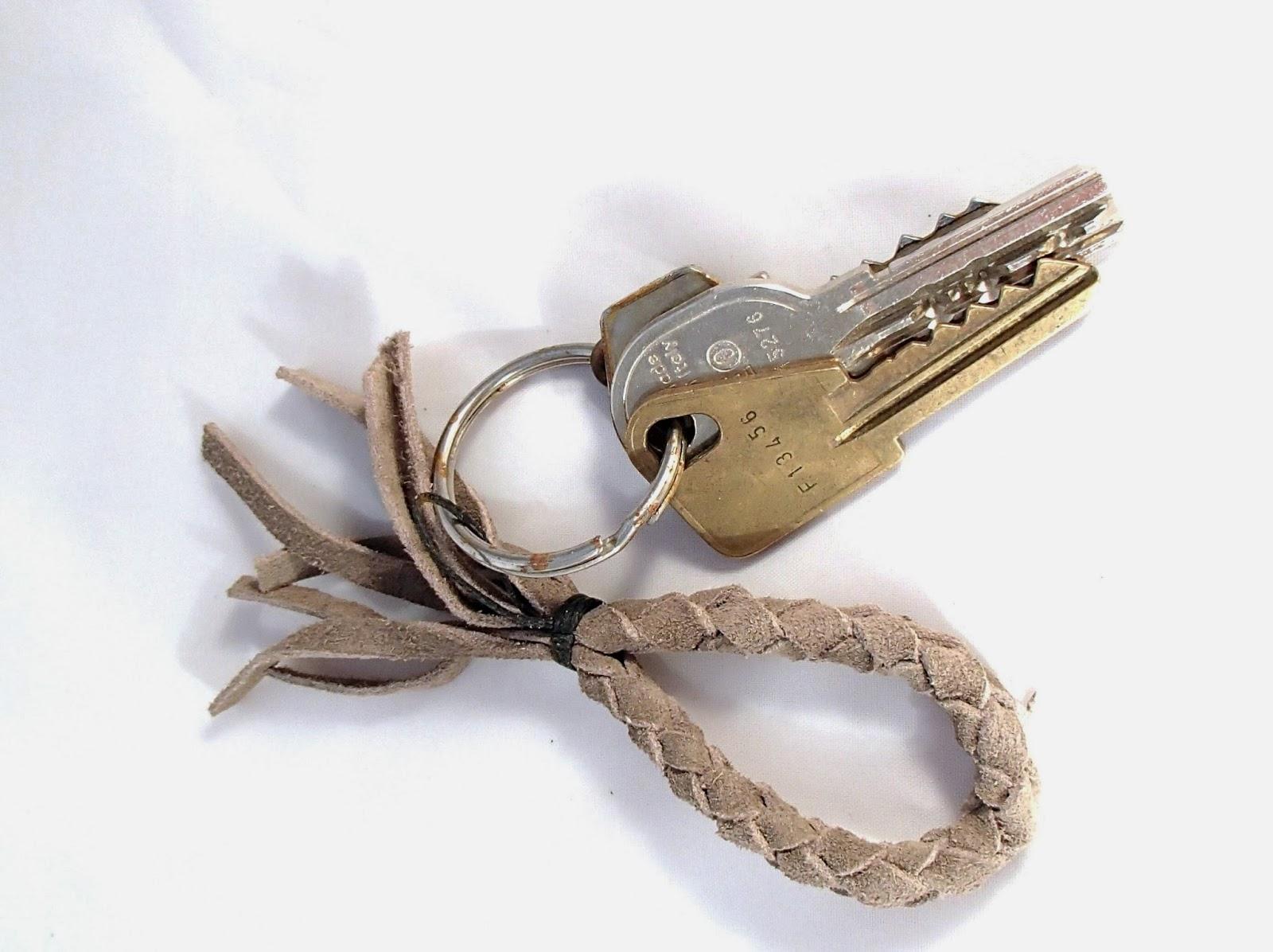 Porte clé ou bijou de sac taupe avec les clés