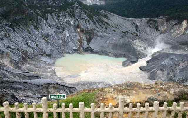 Kawah Ratu Gunung Tangkuban Perahu