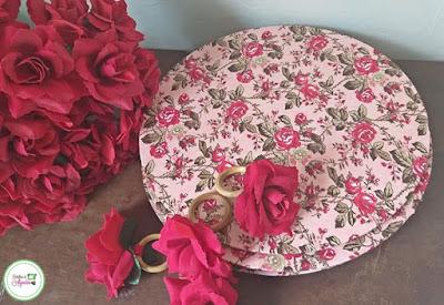 Linda capa com estampa de flores para sousplat de mdf