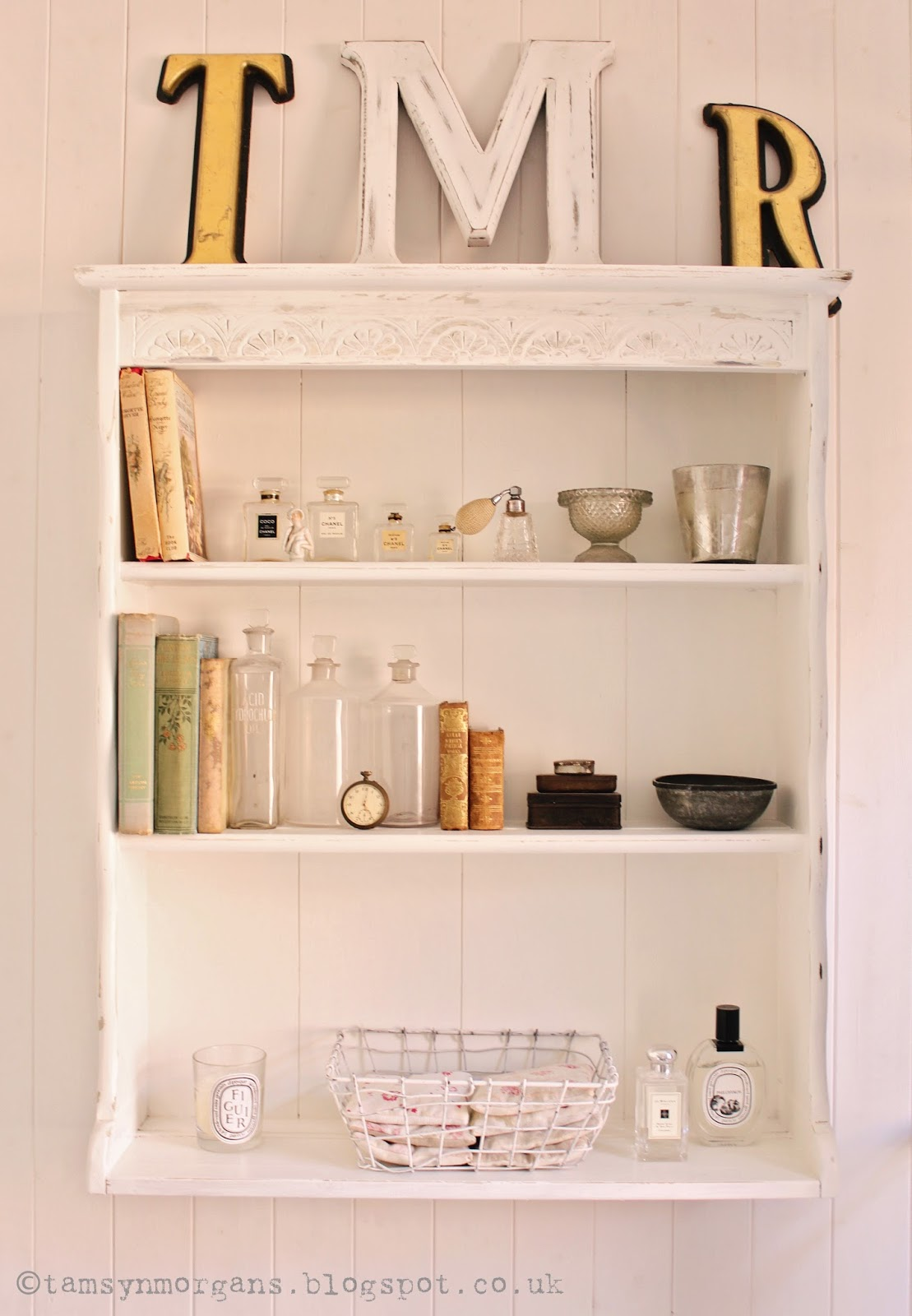 Bathroom Shelves Makeover