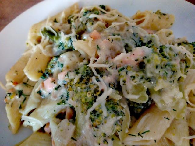 makaron z wedzonym lososiem i brokulami penne z lososiem makaron w sosie smietanowo koperkowym makaron z brokulami makaron z ryba obiad postny na piatek obiad bezmiesny