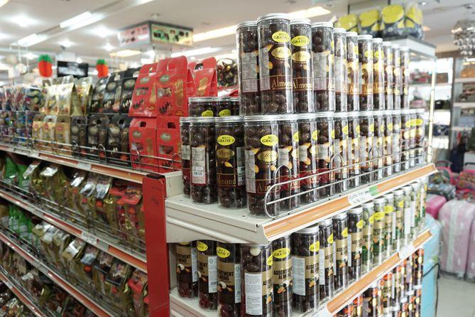 Membeli oleh-oleh coklat di pasar