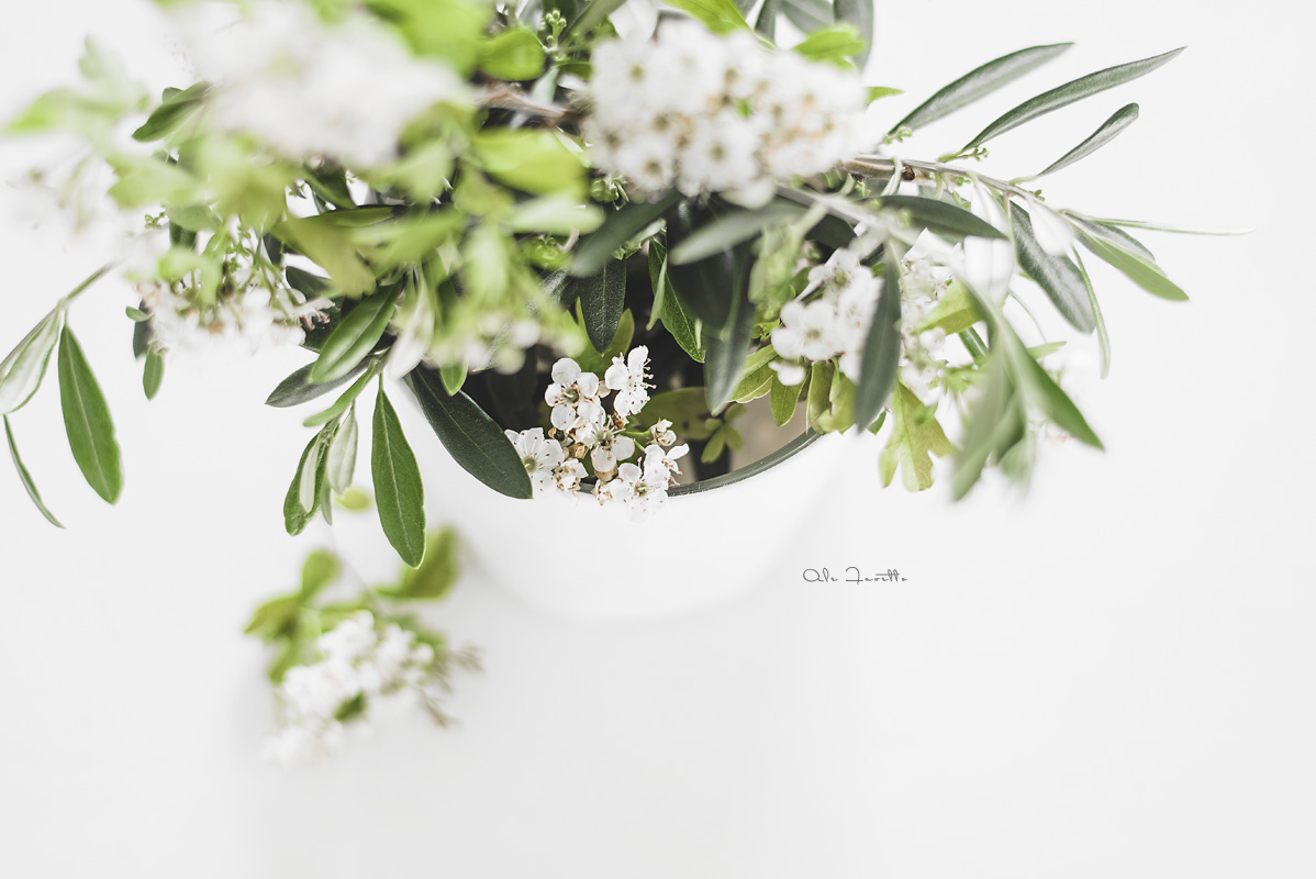 Diy, hazlo tu misma: convierte jarrones de cristal en floreros de tela blanca