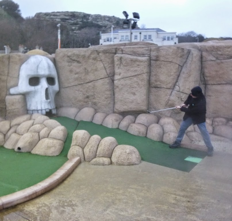 Richard Gottfried playing minigolf in Hastings during the final weekend of the 2014 BMGA Tour season