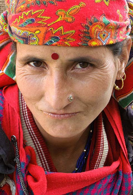 A Hindu woman wearing a red bindi