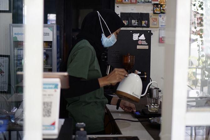 Barista sedang membuatkan kopi