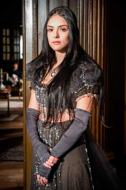 Ana (Isabelle Drummond) looks Novo Mundo