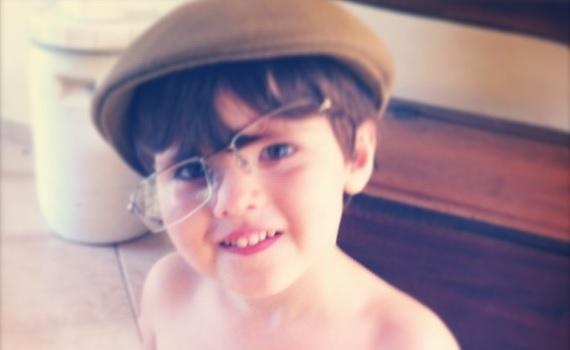 Foto antiga do Miguel, com meus óculos e boina.