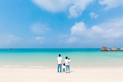 沖縄の海でファミリーフォト