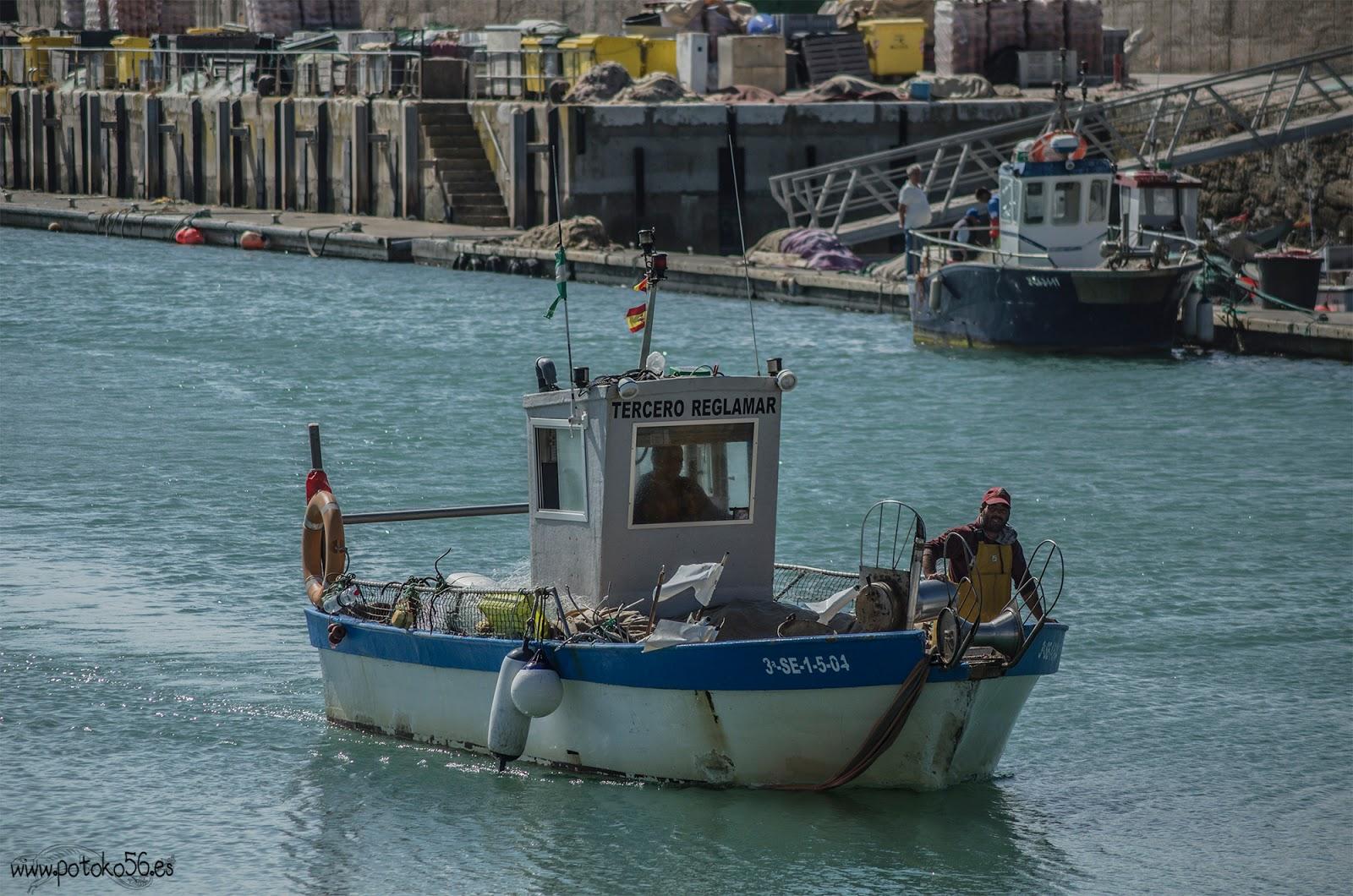 tras la dura jornada barco llegando al puerto de Rota