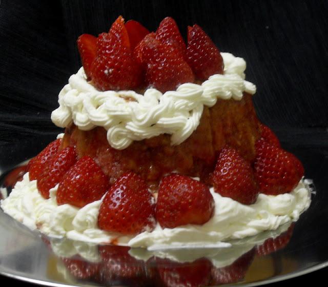 Tarta de charlota de fresa y nata