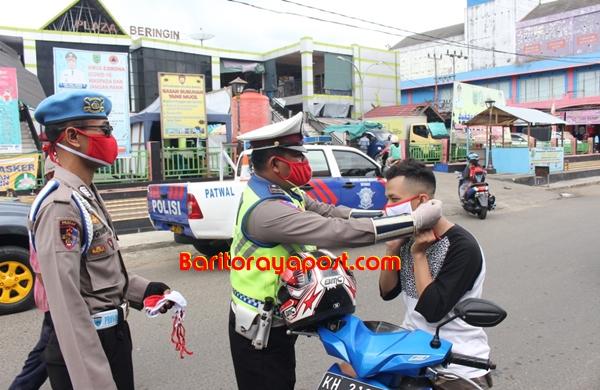 Satlantas Polres Barsel Bagikan 300 Masker Merah Putih