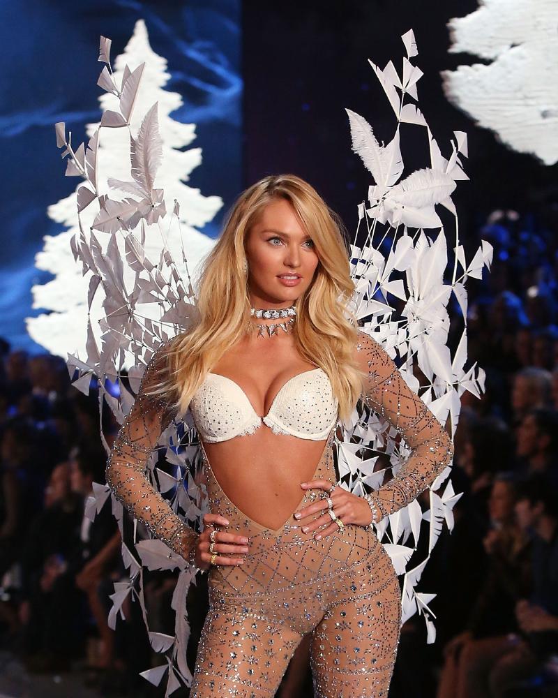 Model Seksi Afrika Candice Swanepoel pamer bra