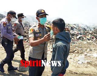 Kapolsek Bajeng, Bersama Anggotanya Bagikan Masker Warga di Sekitar TPA CADIKA