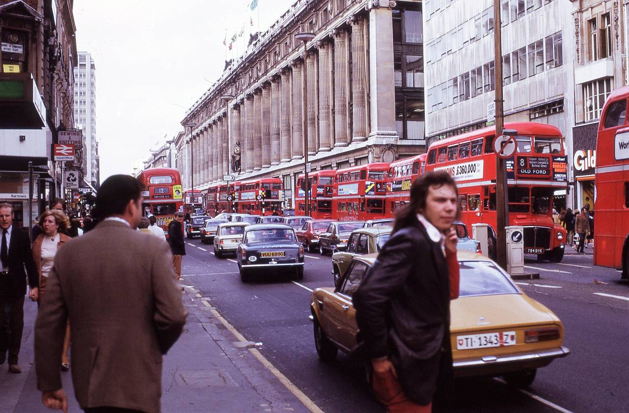 22 Fascinating Color Photographs That Capture Street Scenes of London in 1972