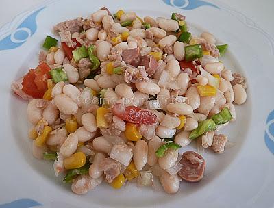 Ensalada de alubias blancas con salchichas, atún y verduras