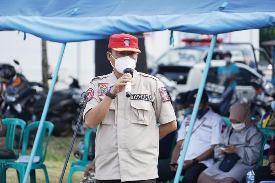 Kepala Dinas Sosial Kab. Cianjur, Asep Suparman, saat memberikan amanat pada Apel Pengukuhsan KSB dan Uji SOP Penanggulangan Bencana KSB Desa Cibokor.