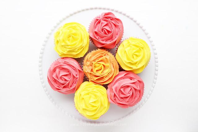 hoe spuit ik een roos op een cupcake, rozen voor moederdag, moederdag cadeautje, bakken voor moederdag, kleurstof voor bakken, wilton spullen kopen, cupckaes rozen recept, waar koop ik een cupcake bakapparaat, cupcakes bakken in apparaat