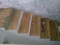 contoh pemasangan Parket Lantai kayu di area Tangga