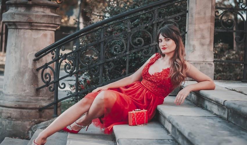 Czerwona sukienka z satynowymi szpilkami