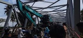 Alat Berat Nyangkut Di Jembatan Aurduri 1, Jalan Raya Macet Hingga 3 kilo Meter