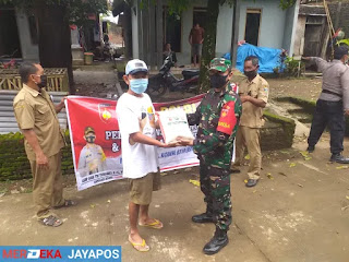 Sinegritas TNI-Polri Dalam Melaksanakan Bakti Sosial Bagikan Beras Ke Warga