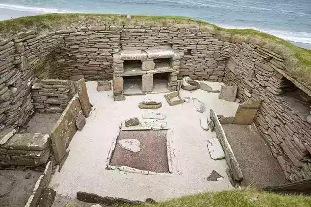 İskoçya'da bulunan Neolitik Dönem'e ait evde, ocağın iki yanında taştan yataklar var.
