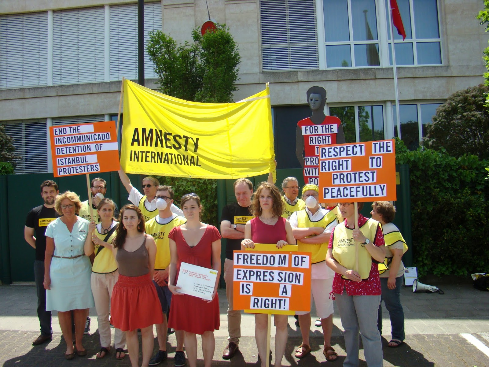 http://amnesty-luxembourg-photos.blogspot.com/2013/06/demo-ambassade-de-turkey.html