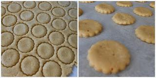 Cortando las galletas con un cortador de galletas para posteriormente ser horneadas