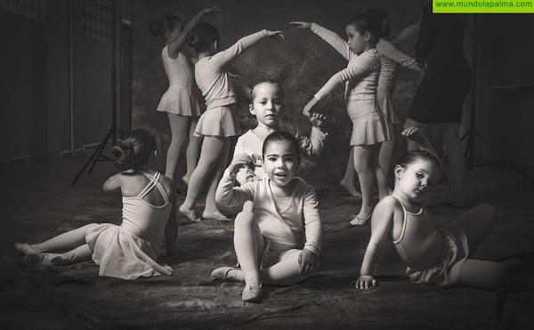 El fotógrafo Emilio Barrionuevo colabora con la Escuela de Danza de Fuencaliente capturando instantes de su trabajo
