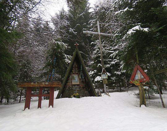 Kaplica Matki Bożej Płaczącej (z prawej stoi krzyż saletyński).