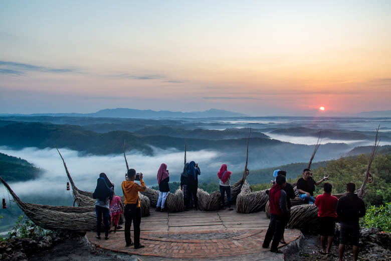 Momen matahari terbit di Geoforest Watu Payung Turunan