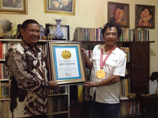 Jitet Terima Penghargaan LEPRID dengan Penghargaan Kartun Internasional Terbanyak