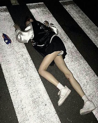 pose grunge acostada en la calle tumblr