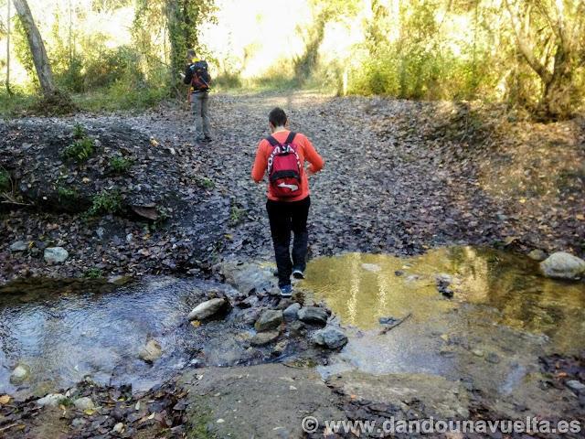 Cruzando el río Genal en la ruta de senderismo de los castaños Parauta