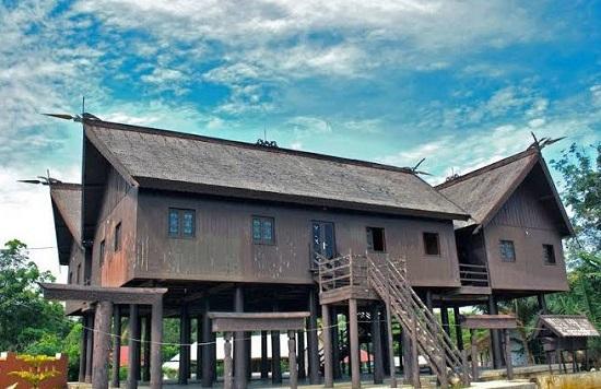 Rumah tradisional suku Dayak di Kalimantan
