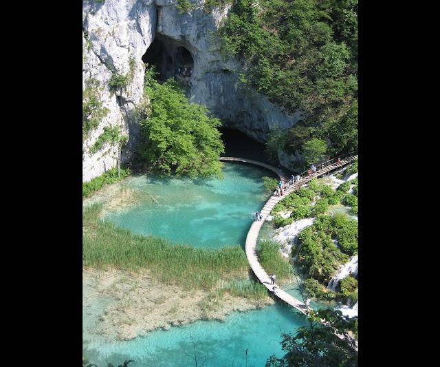 جولة سياحية أجمل البلاد مستوى العالم كرواتيا بليتفيتش The-cave-and-walkways-at-Plitvicka-National-Park-Croatia.jpg