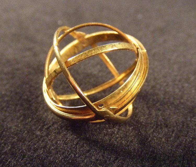 Estos anillos de 400 años de antigüedad se despliegan para revelar esferas astronómicas