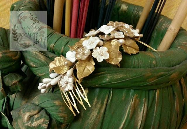 semicorona artesanal para novia en dorado y blanco con hojas y flores