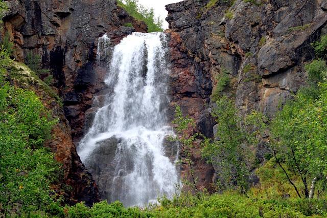 Satunnaisten sadekuurojen lisäksi alle sadan metrin päässä oleva  Fiellunputous sumutti vettä koko alueelle. Kosteudesta huolimatta maisemista  oli helppo ... 285e6bf696