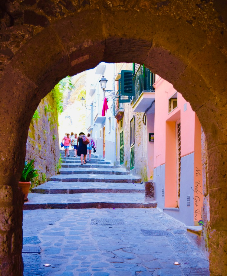 #6 of 20 pretty archways around the world; this one spotted in Sorrento, Italy.| Ms. Toody Goo Shoes