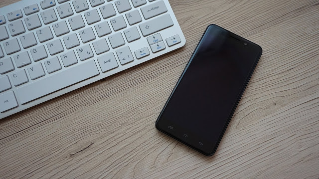 Smartphone yang berada disamping keyboard