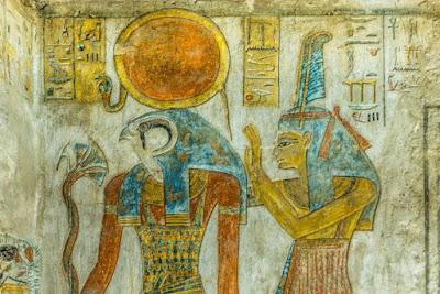 Antico dipinto del dio egizio Ra e Maat con una piuma di struzzo nel suo copricapo