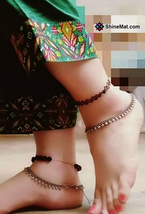 Beautiful Jingling anklet on feet Shinemat.com