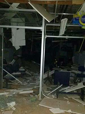 Agência em Boninal ficou destruída após bandidos explodirem os cofres do Banco do Brasil (Foto: Fabiano Neves/ Site Destaque Bahia)