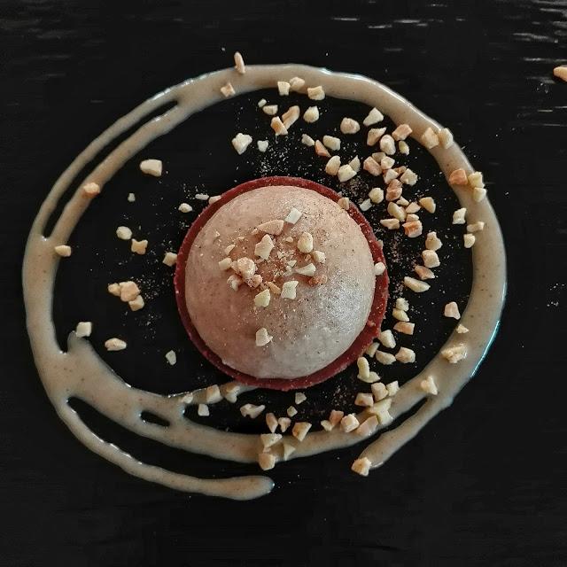 Base de praliné de avellana con chocolate, mousse de alfajor y almendras