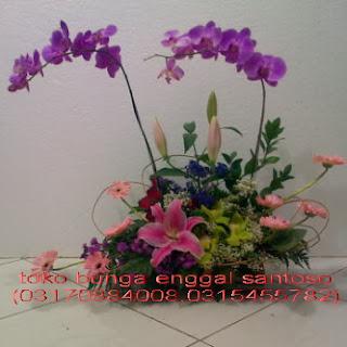 rangkaian karangan bunga meja anggrek bulan