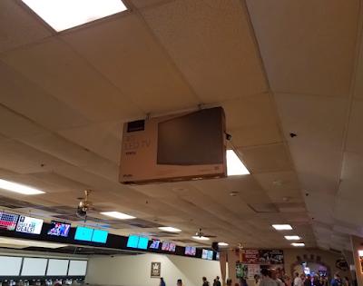 Fernseher im Karton an der Decke