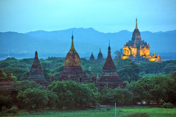 Templos de Bagan al anochecer