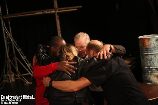 Le haka rituel de la troupe avec Corine, Issiaka, Yves et Gérard